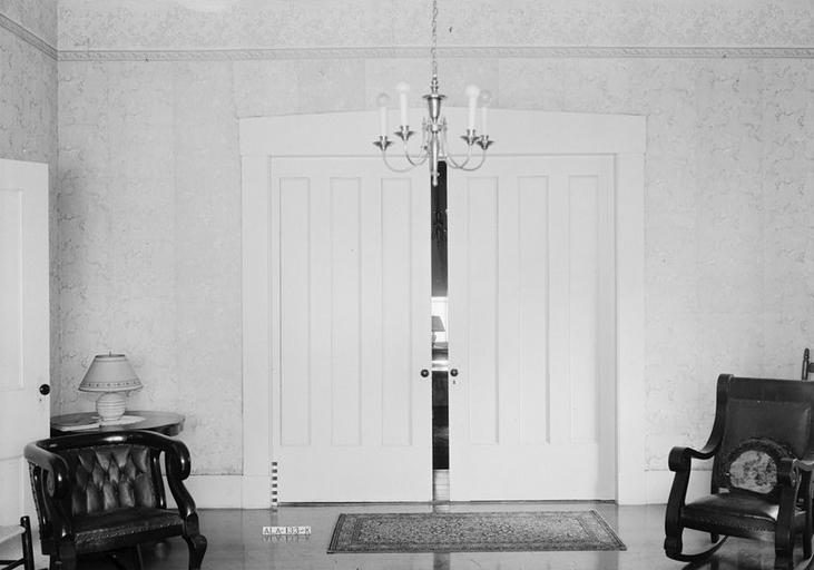 Čiernobiela fotka, miestnosť, biele dvere.jpg